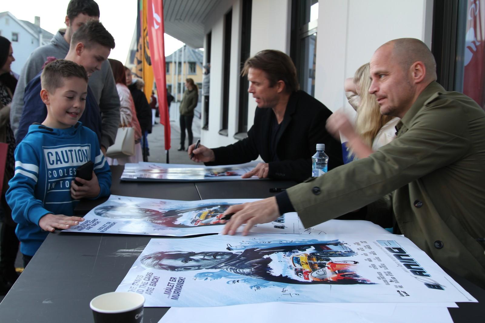 Regissør og skuespillere tok seg god tid til å signere plakater.