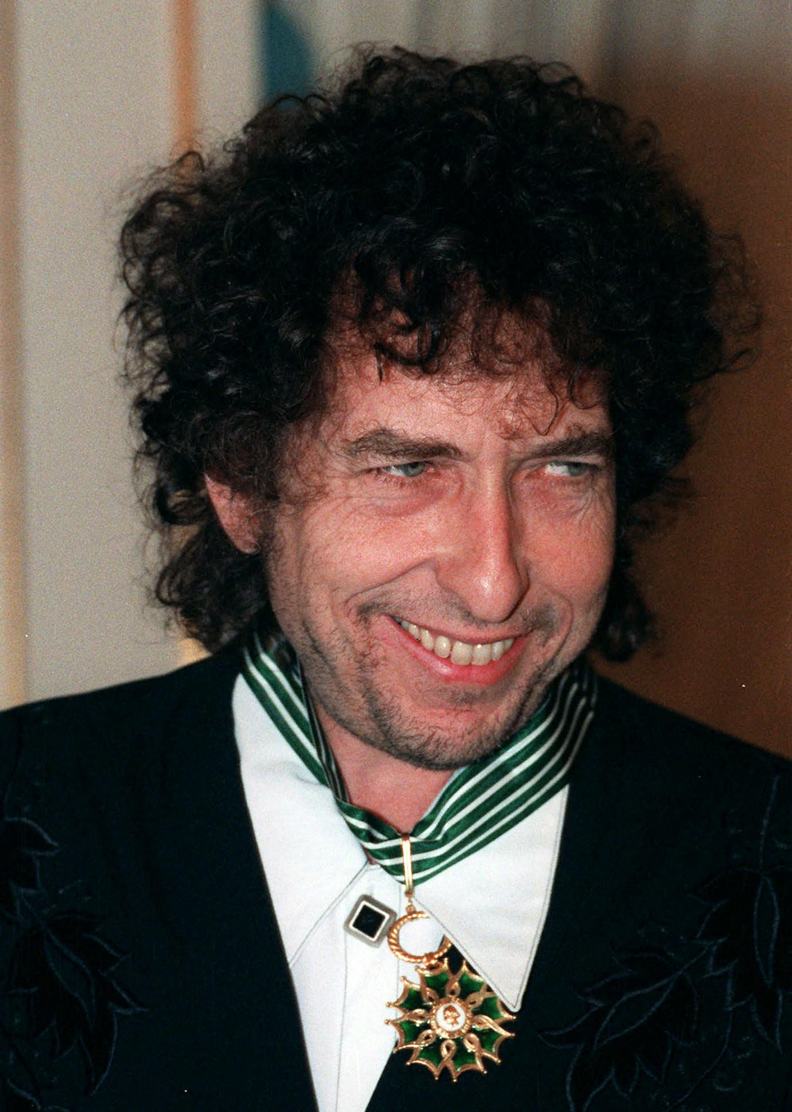 1990: Dylan får tittelen kommandør i den franske Ordenen for kunst og litteratur