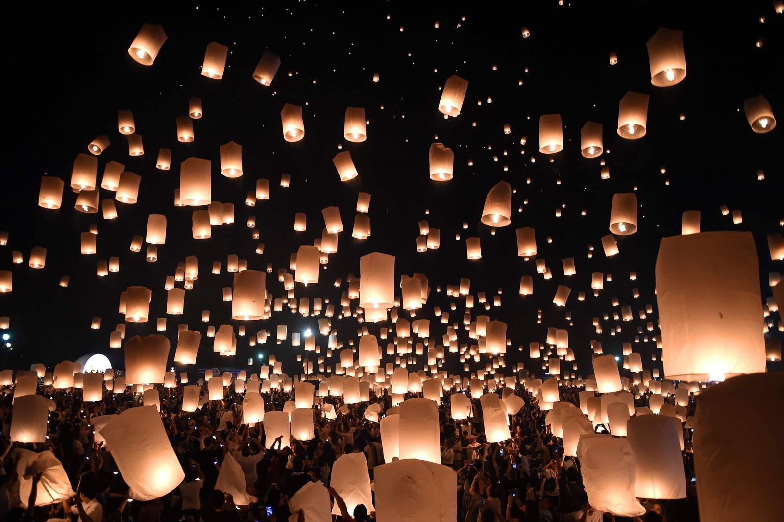 Tusenvis av såkalte kinesiske lykter ble sendt opp i den thailandske turistbyen Chiang Mal for å markere den årlige Yi Peng.