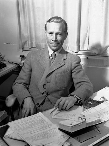 Forfatteren og NRK-medarbeideren Arild Feldborg fotografert ved skrivebordet, 1950.
