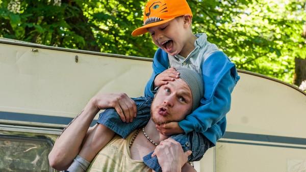 Norsk dramaserie. Axel drar på campingtur med pappaen sin så de kan bli bedre kjent.