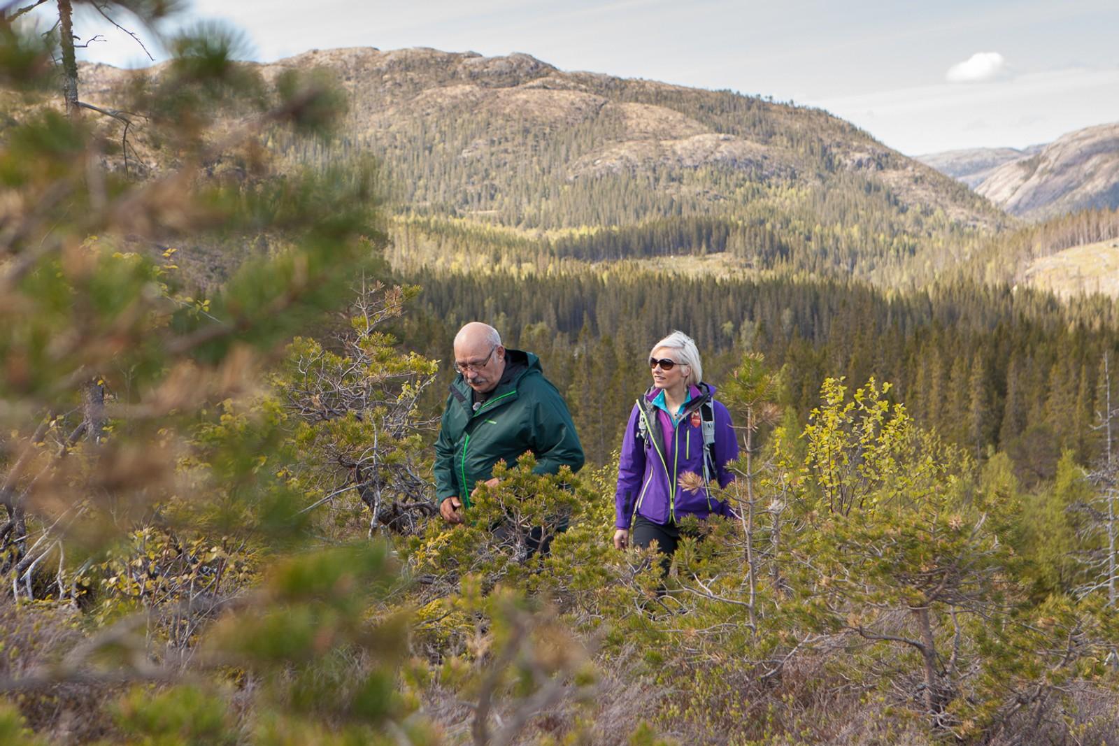 Åge Fosseng er lokal kjentmann i Namdalen, og viser programleder Anne Rimmen området.