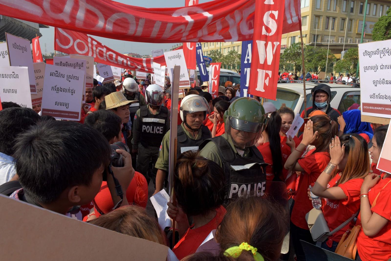 Politi følger med på 1. mai-markeringen i Phnom Penh i Kambodsja.