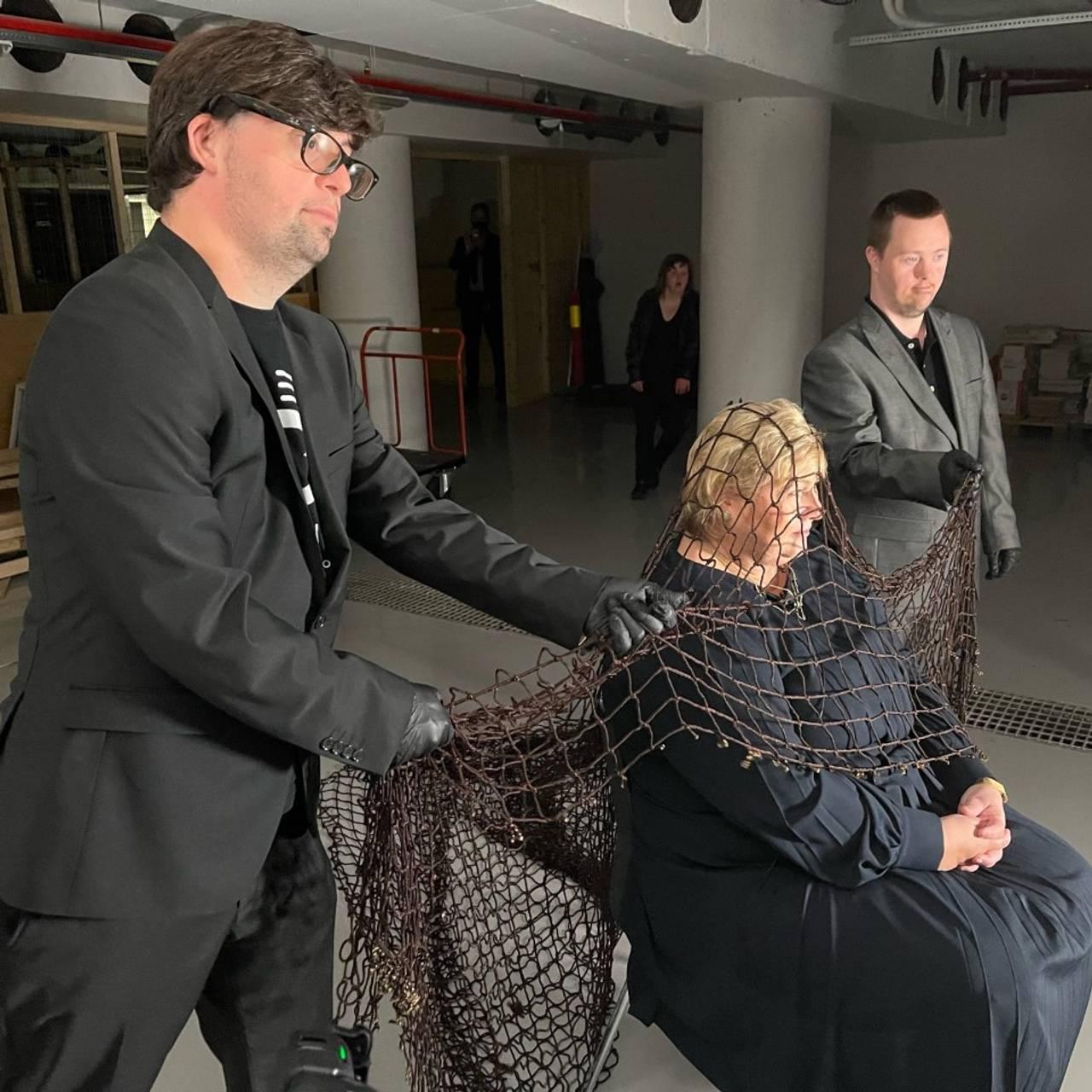 Statsminister Erna Solberg blir fanget av Detektiv Downs og hans medhjelpere.