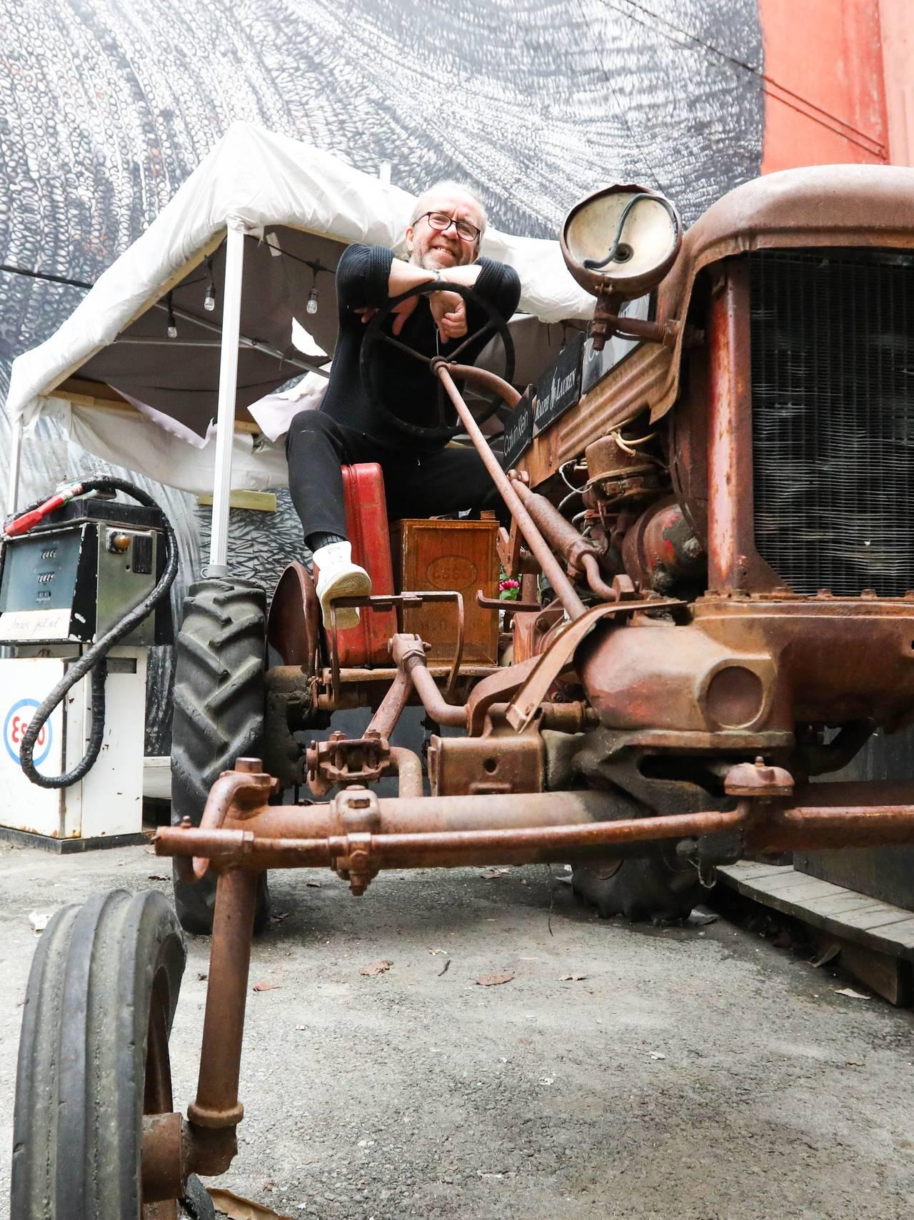 Bent Lindahl på en traktor