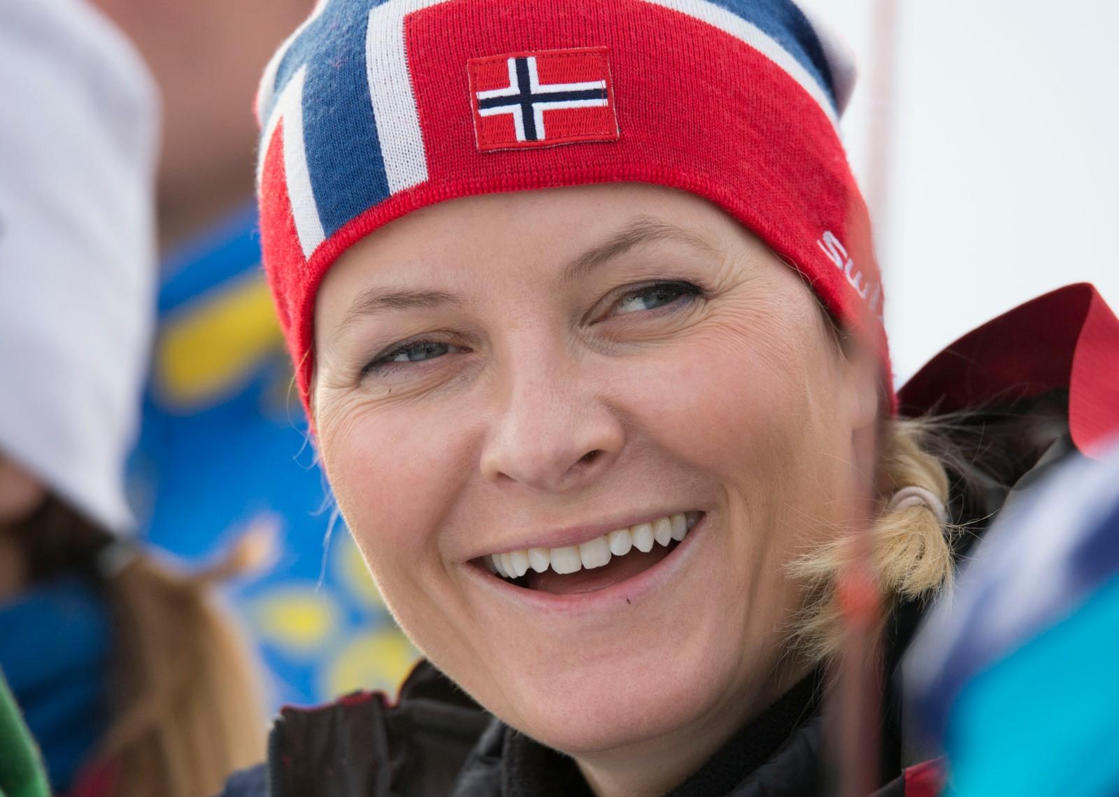 Kronprinsfamilien på Birkebeineren skistadion i forbindelse med at de møtte flyktninger som skal lære å gå på ski. Her kronprinsesse Mette-Marit.