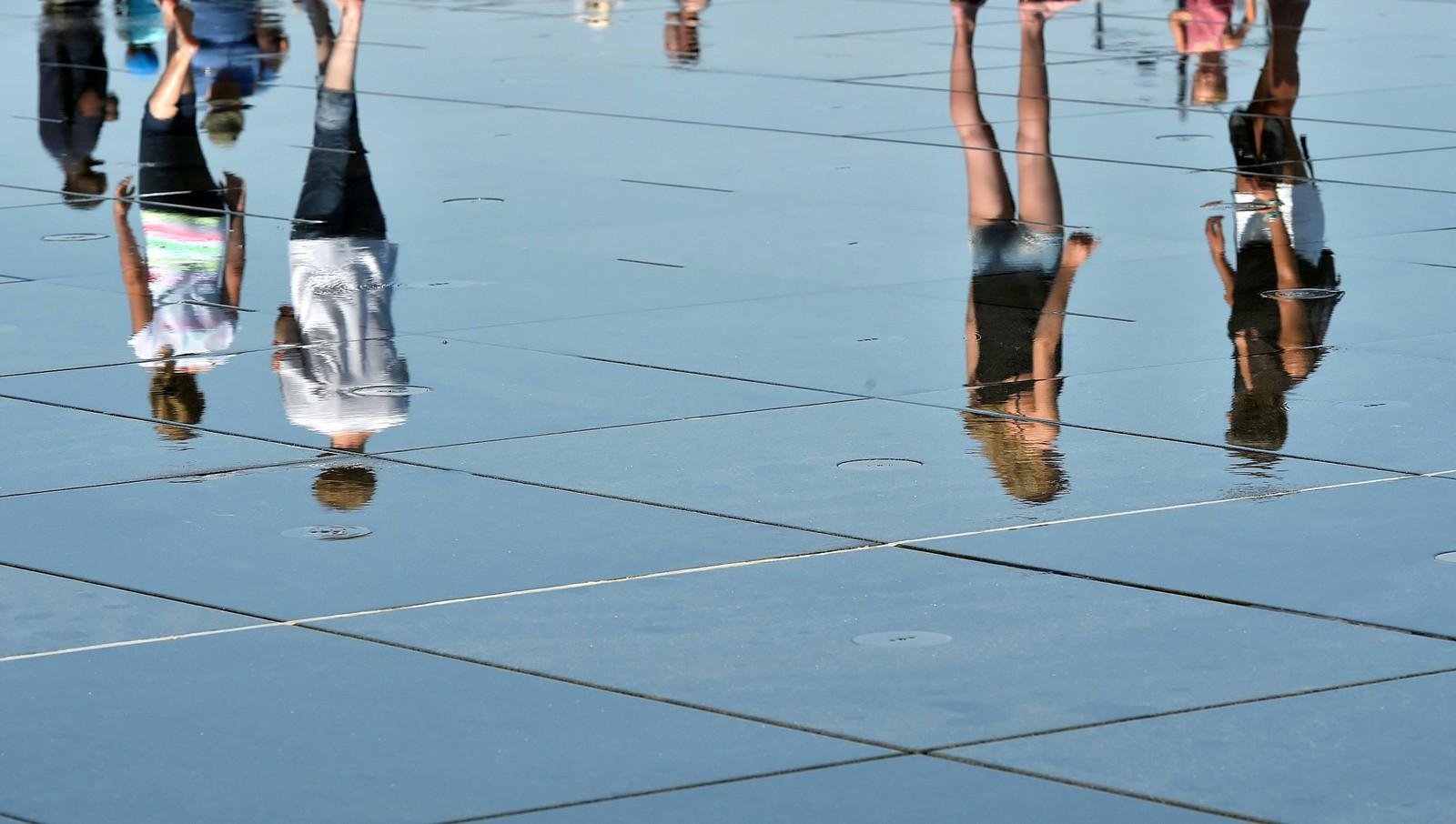 Den 19. juli ble det rundt 40 varmegrader i Bourdeaux i Frankrike. Folk brukte det kjente vannspeilet i byen til å kjøle seg ned.