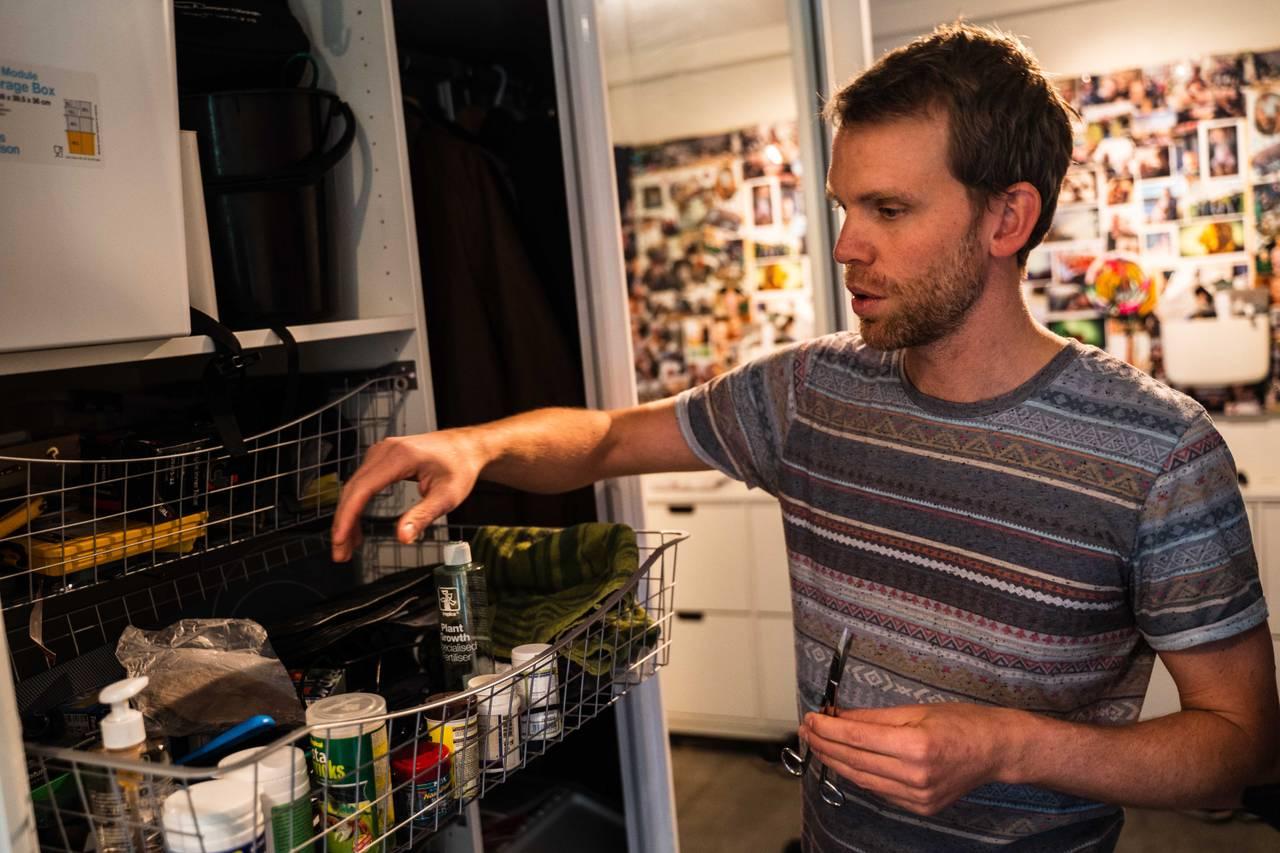 Mathias og skuffen med utstyr til akvariet.