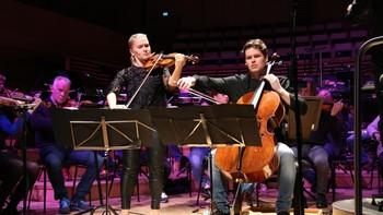 James Horner spiller sammen med Stavanger Symfoniorkester og søskenparet Mari Silje og Håkon Samuelsen.