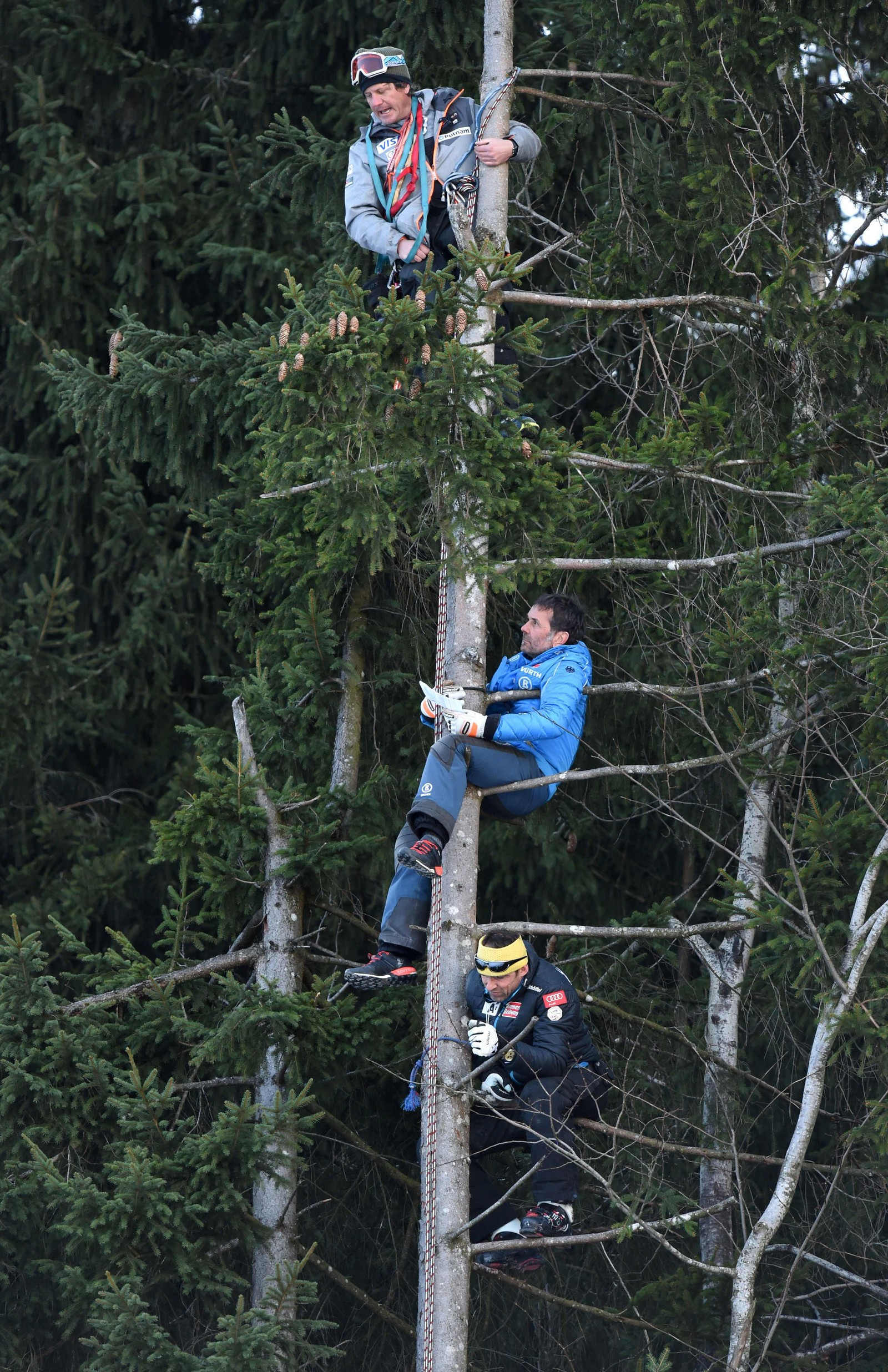 Disse lagassistentene valgte en noe original utsiktspost for å følge alpinistene fare nedover Garmisch-Partenkirchen forrige helg. Konkurransen ble vunnet av  Aleksander Aamodt Kilde.