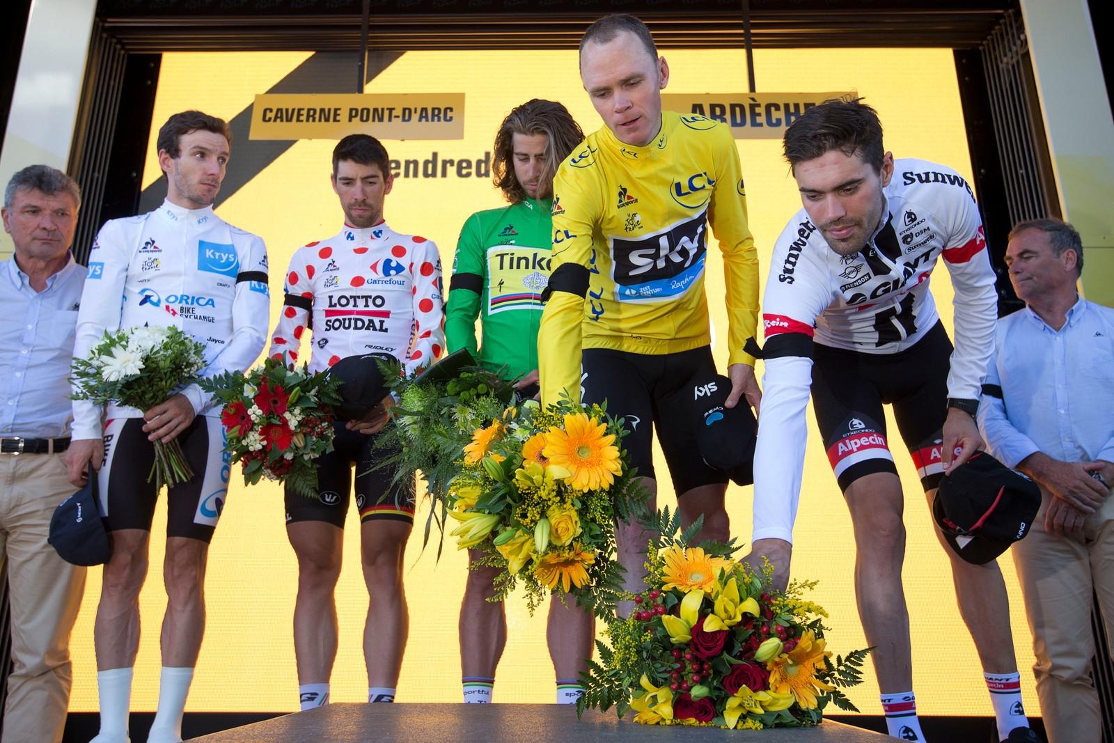 Adam Yates, Thomas de Gendt, Peter Sagan, Chris Froome og Tom Dumoulin holdt ett minutts stillhet og markerte med blomster under den 13. etappen av årets Tour de France, til minne om ofrene for terrorangrepet i Nice.