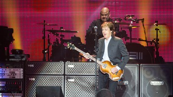 "Paul McCartney på scenen under konserten ""Out There"" i Telenor Arena i Bærum tirsdag kveld."