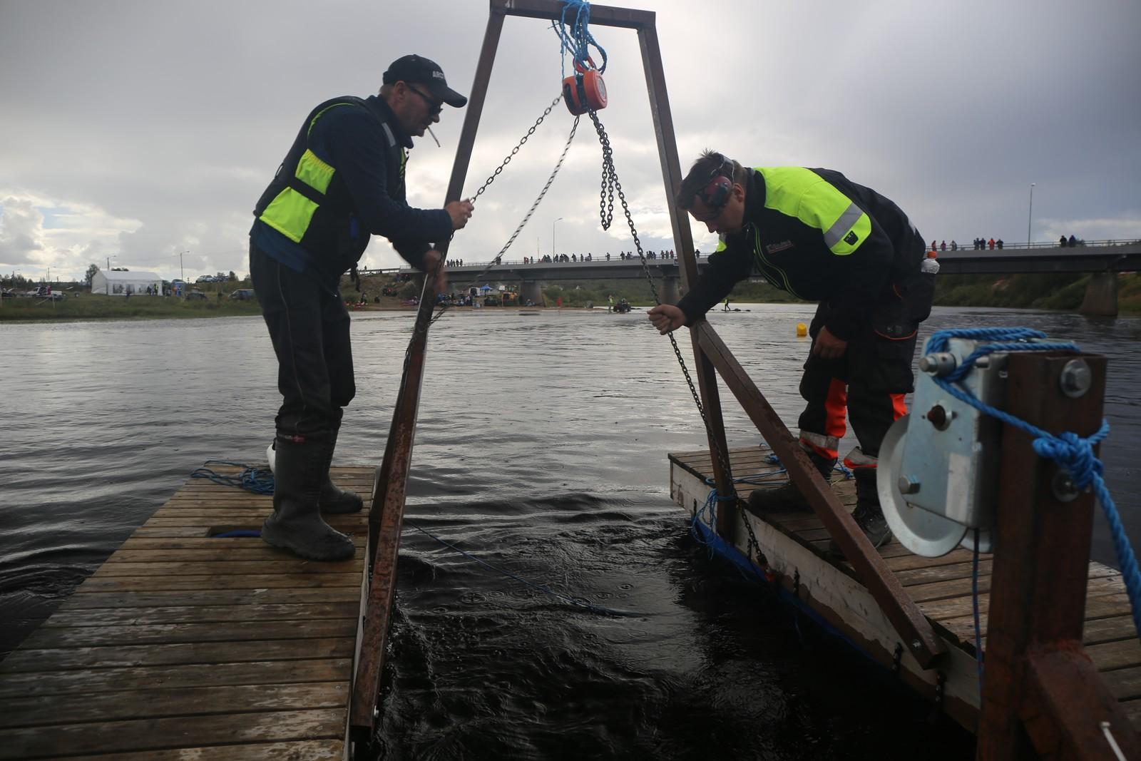 Mathis N Sara og Jostein Biti fisker etter en Polaris RMK 800 PRO.