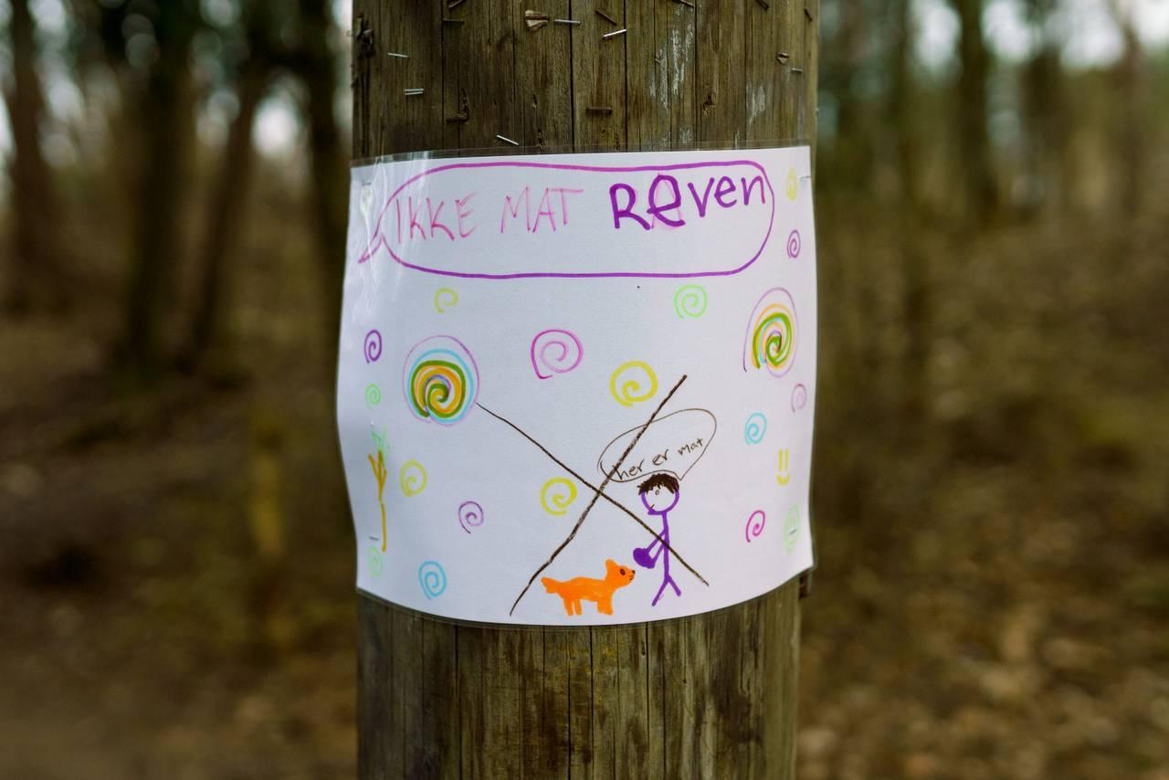 Plakat med varsel om at folk ikke må mate reven.