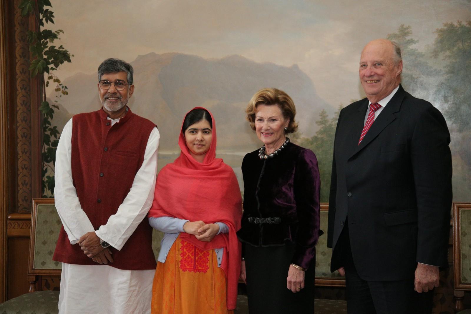 MED KONGEN OG DRONNINGEN: Nobels Fredspris 2014. Kong Harald, dronning Sonja, tar imot vinnerne av årets Nobels Fredspris: Kailash Satyarthi og Malala Yousafzai til audiens på Slottet onsdag.