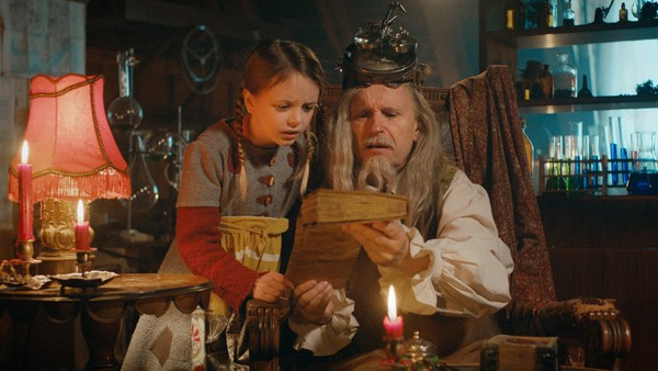 Svensk dramaserie. (6:24) Embla og Efraim forbereder ekspedisjonen, men Efraim er bekymret. Klarer de denne reisen uten magiske hjelpemidler?