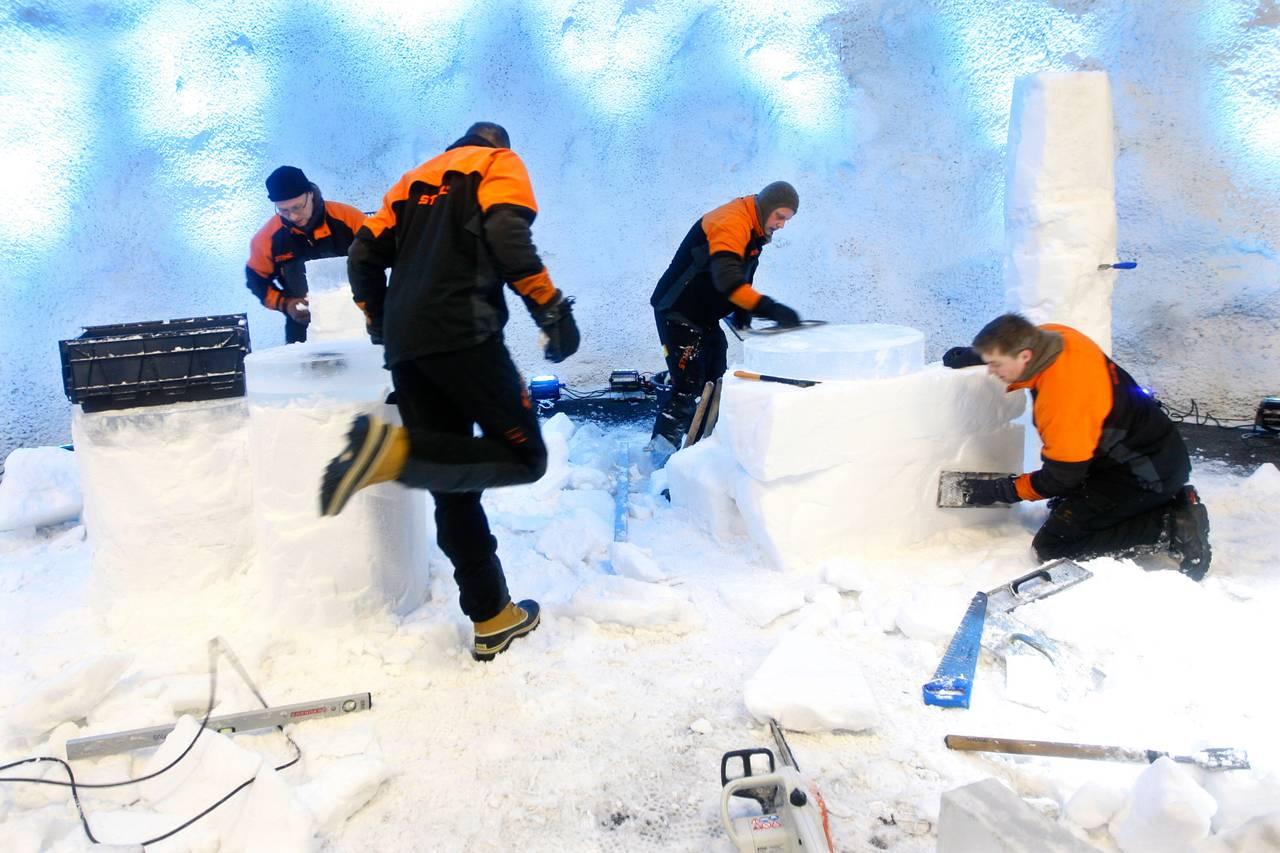 Arbeidere gjør klar for åpningsseremoni av frøhvelvet på Svalbard.