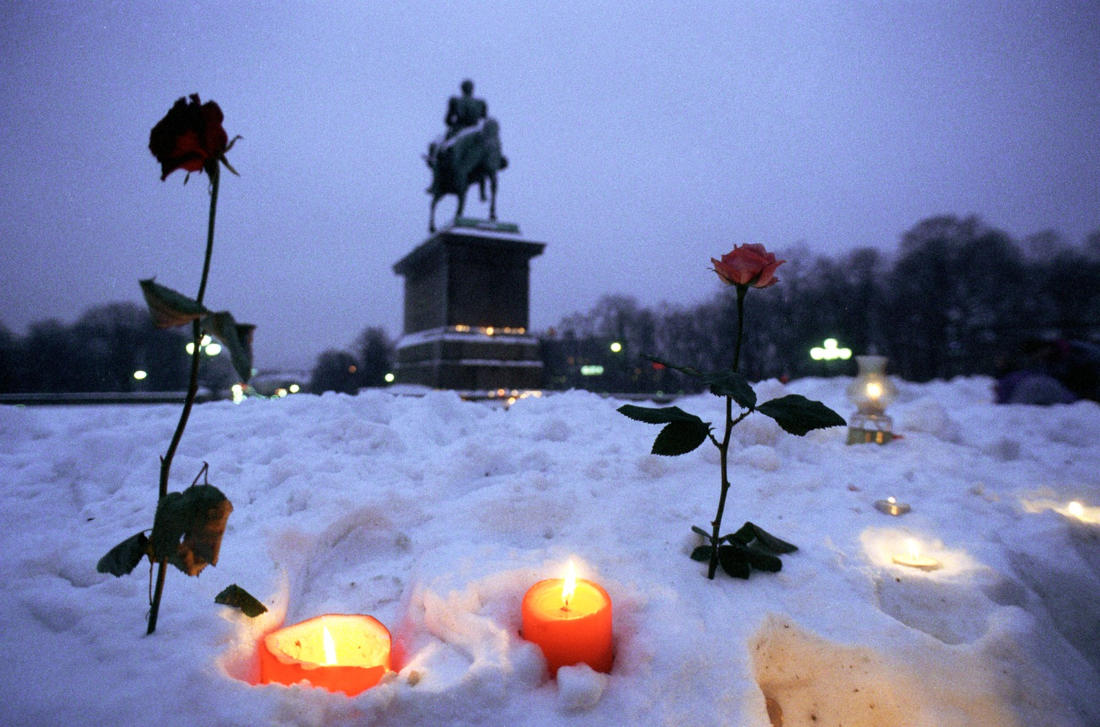 Morgenen etter kong Olavs død samlet de første seg på Slottsplassen. Sørgende mennesker tente lys, skrev hilsener og la ned blomster i snøen.