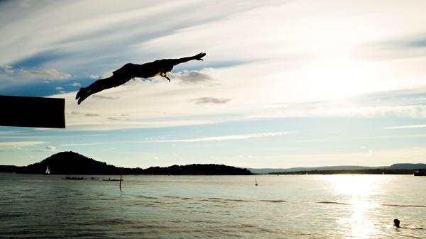 Mann stuper i havet om kvelden - Foto: Vegard Wivestad Grøtt/NTB scanpix