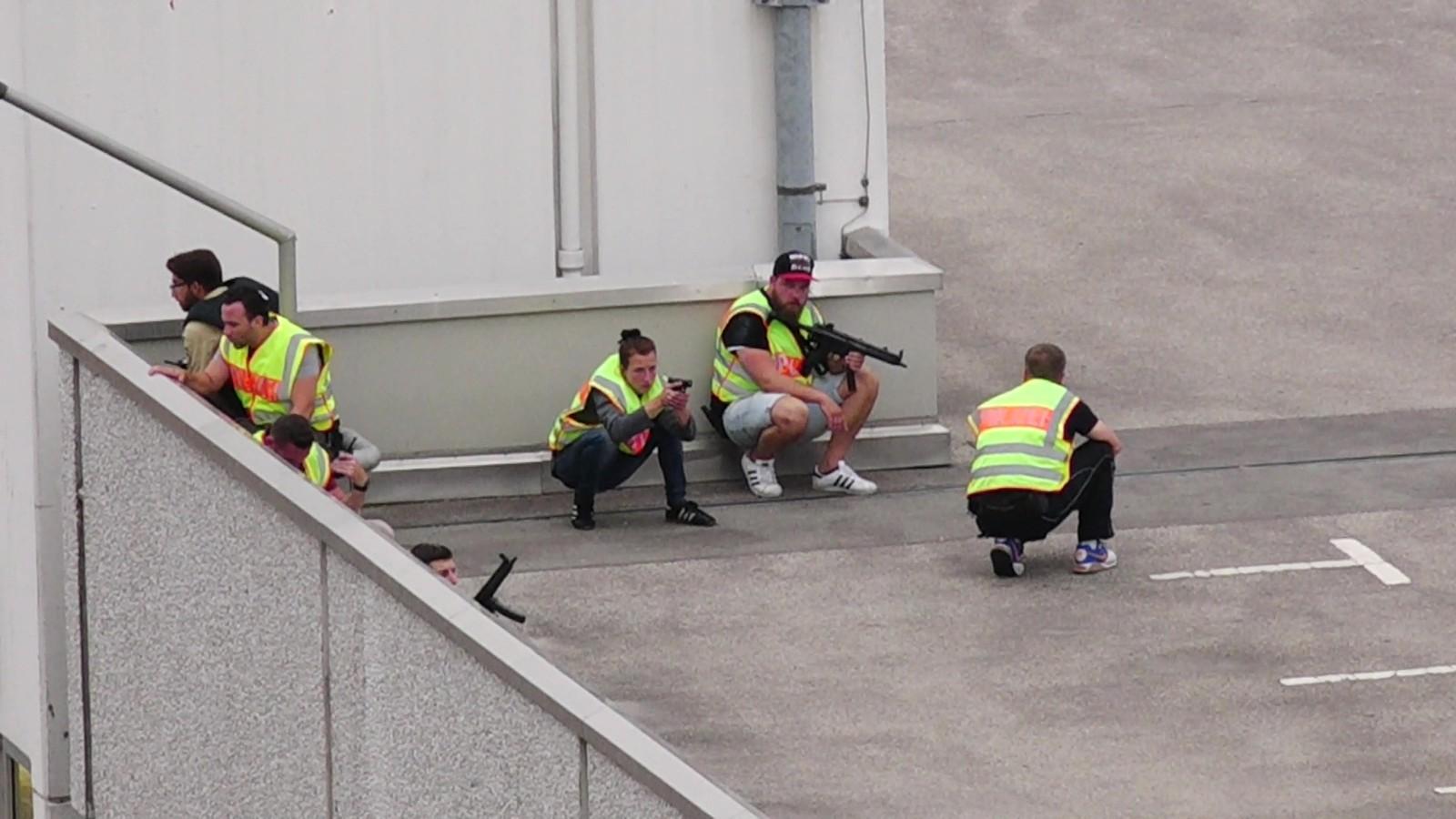 PÅ TAKET: Bildet viser politi som er i ferd med å sikre et parkeringshus i tilknytning til Olympia-kjøpesenteret i München.