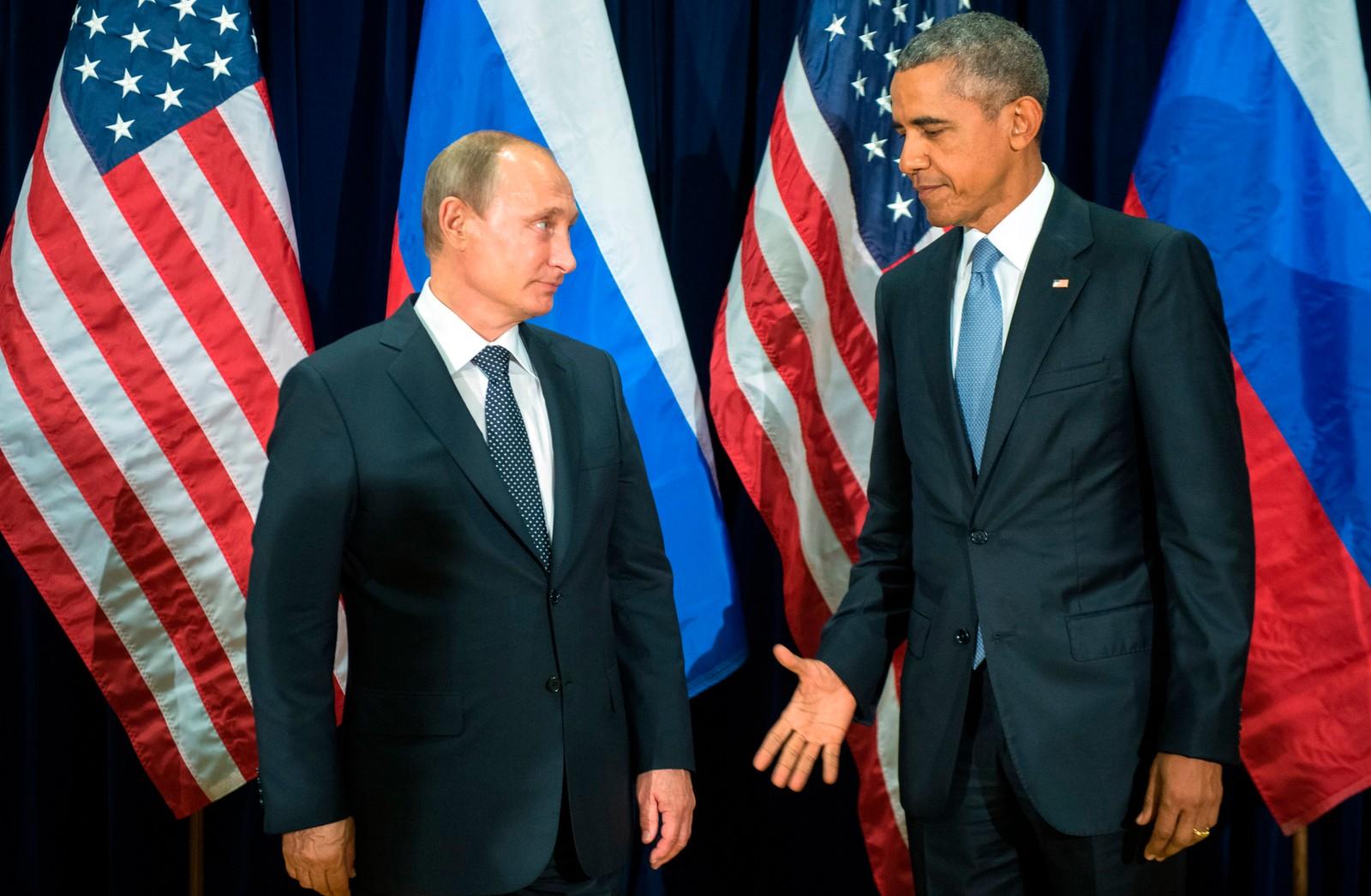 President Barack Obama rekker fram hånda til President Vladimir Putin mens de stiller opp for media i forbindelse med FN-møtet denne uka.