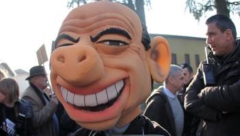 En demonstrant i Milano med en maske av Silvio Berlusconi