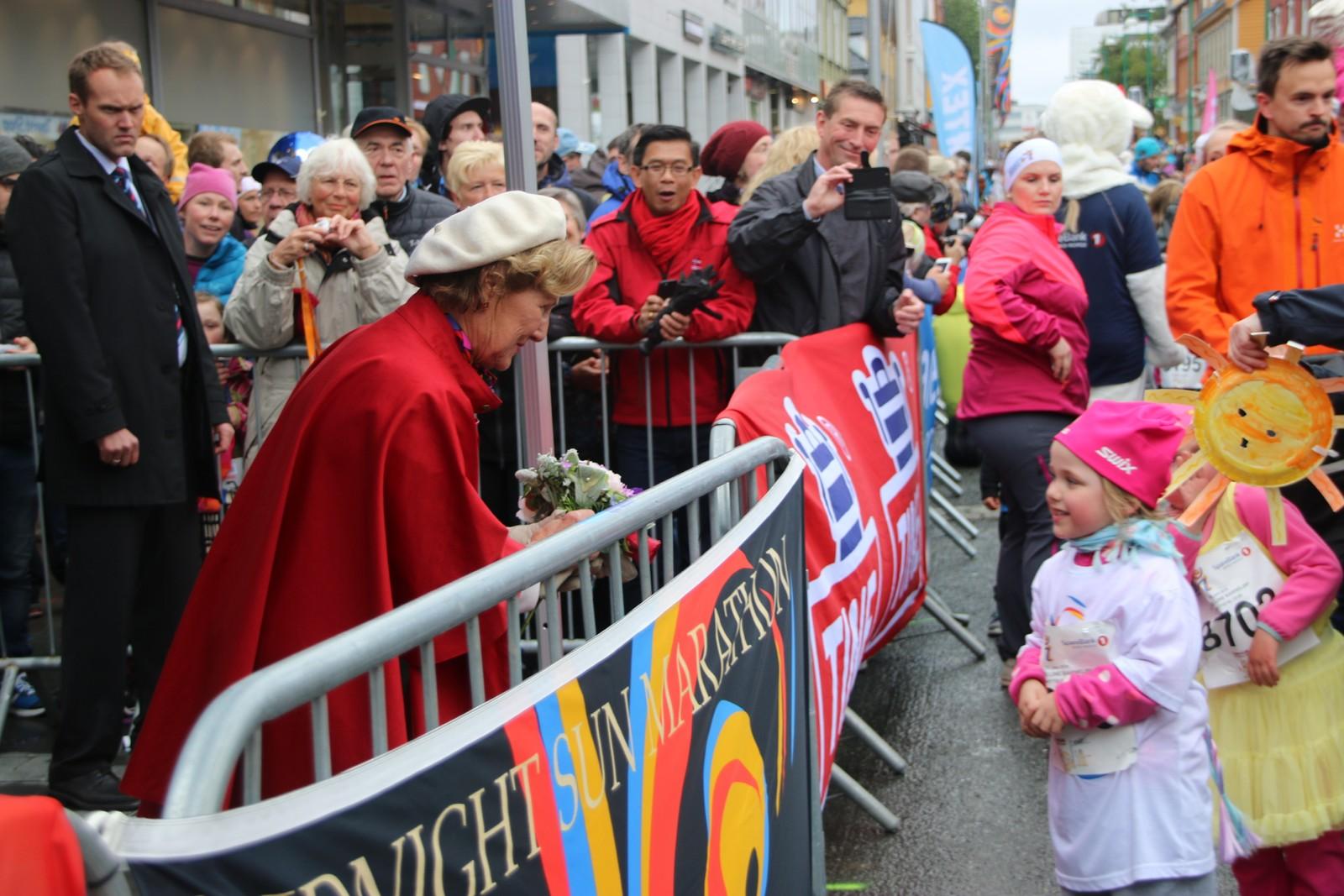 Mange av barna fikk nærkontakt med kongeparet, som sto på sidelinjen og heiet fram de unge løperne. Foto: Ida Louise Rostad / NRK