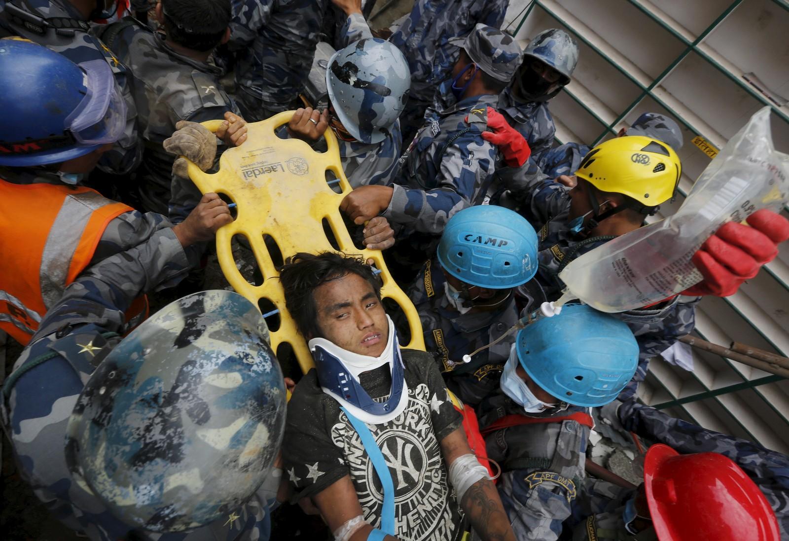 Pemba Tamang (15) overlevde fem dager sammenklemt mellom to etasjer i en blokk i Katmandu, Nepal. REUTERS/Adnan Abidi