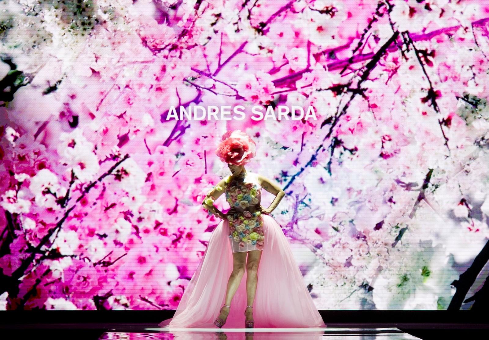 Den spanske skuespilleren og modellen Rossy de Palma på catwalken under visningen av den neste vår/sommer-kolleksjonen fra Andres Sarda under Madrid Fashion Week.