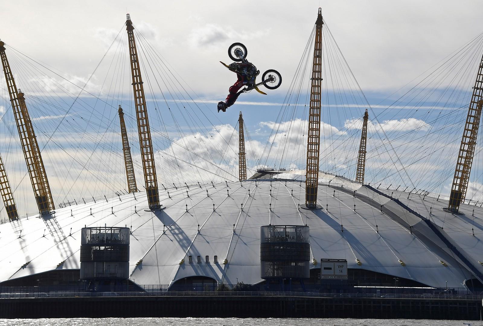 Slik kan man også bruke en motorsykkel. Travis Pastrana i fritt svev over Londons O2 Arena denne uka.