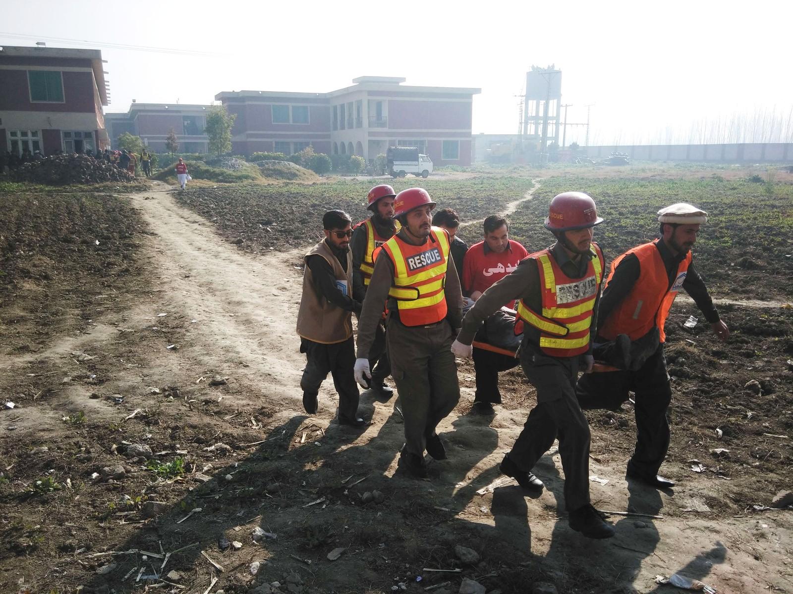 Pakistanske hjelpearbeidere i Chasadda. Bacha Khan-universitetet i bakgrunnen