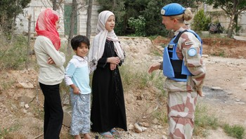 En FN-observatør snakker med barn i Arabaeen i Hama