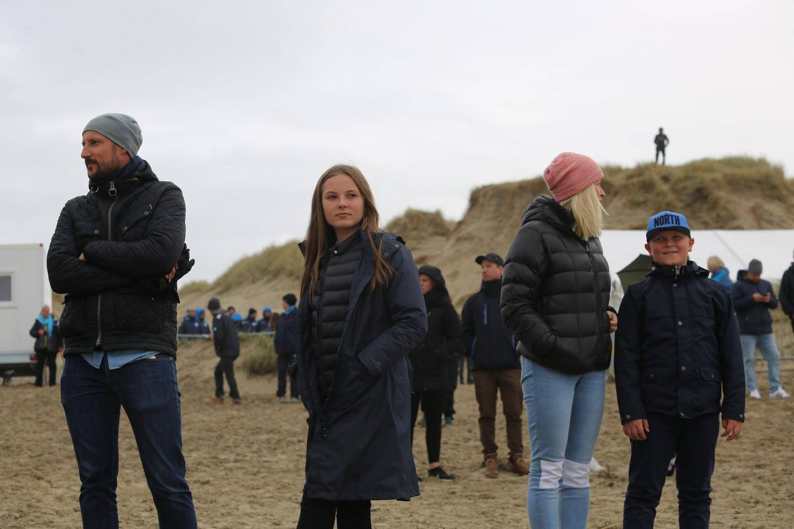 H.K.H Kronprins Haakon Magnus besøkte Borestranden under EM i surfing på lørdag. Her sammen med kronprinsesse Mette Marit og barna Ingrid Alexandra og Sverre Magnus.