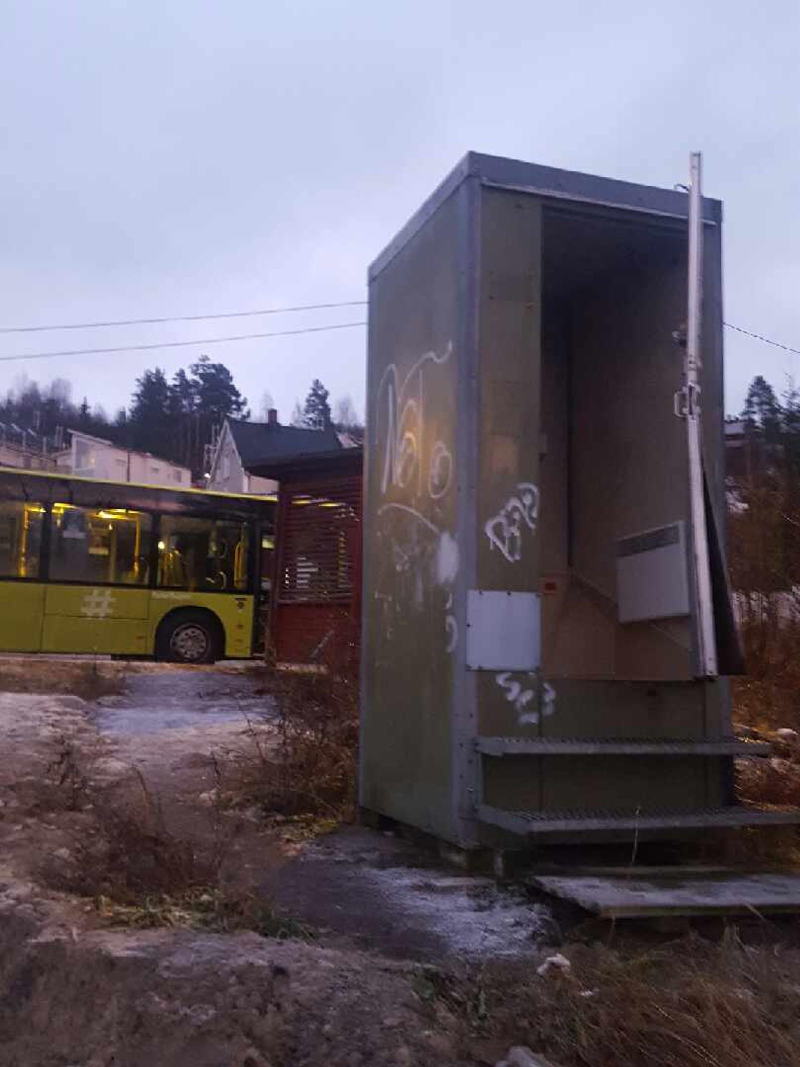 Døra er øydelagt og kan ikkje låsast på campingtoalettet i Nittedal i Akershus.