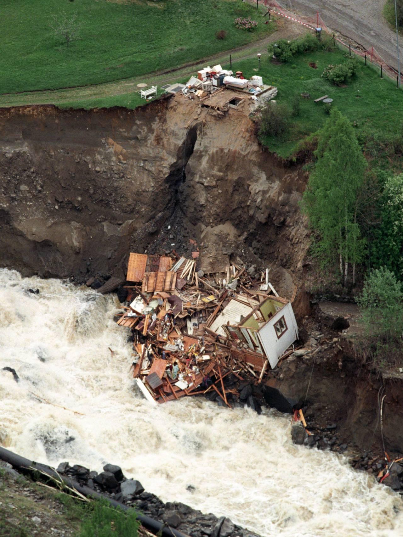 Store ødeleggelser på Tretten under flommen i 1995. Et hus raste ned i elven.