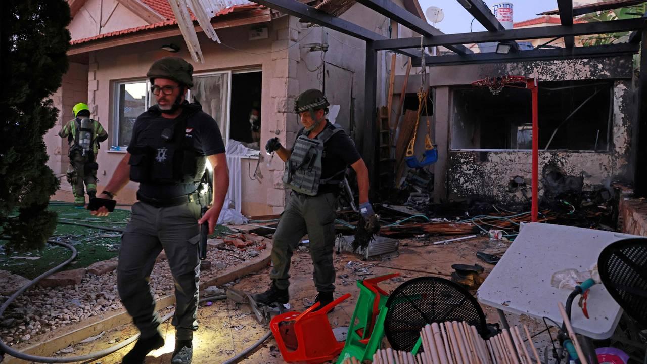 Israelske redningsmannskaper undersøker et hus i byen  Ashkelon som ble truffet av en rakett sendt opp fra Gazastripen. Bildet tatt 14. mai.