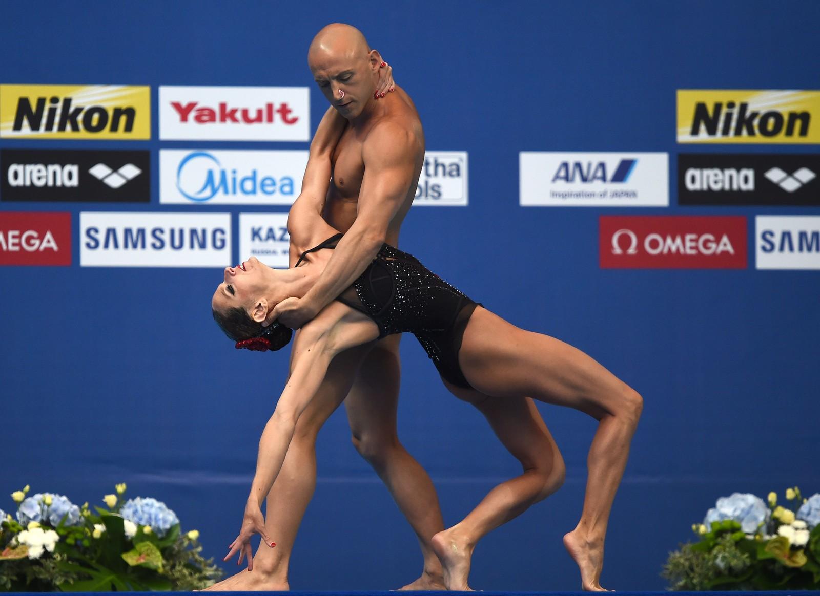 De franske synkronsvømmerne Virginie Dedieu og Benoit Beaufils under VM i svømmeidretter i Kazan.