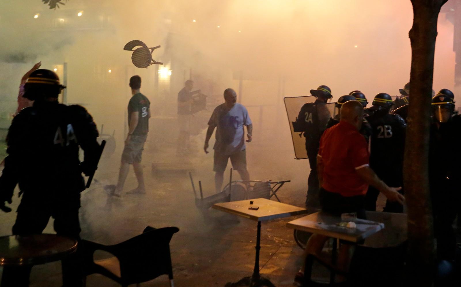 Møblene flyr i sammenstøt mellom fotballsupportere og politi i Marseille.