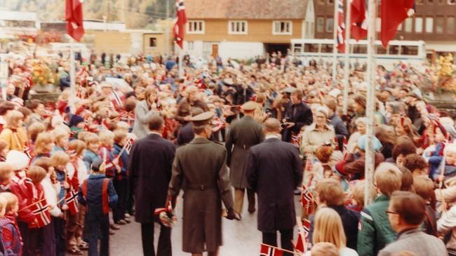Det var ei storhending med mykje folk frammøtte då Kong Olav kom til Stryn for å opne heilårsvegen i 1978. Foto: Olav Handeland. Eigar: Fylkesarkivet i Sogn og Fjordane.