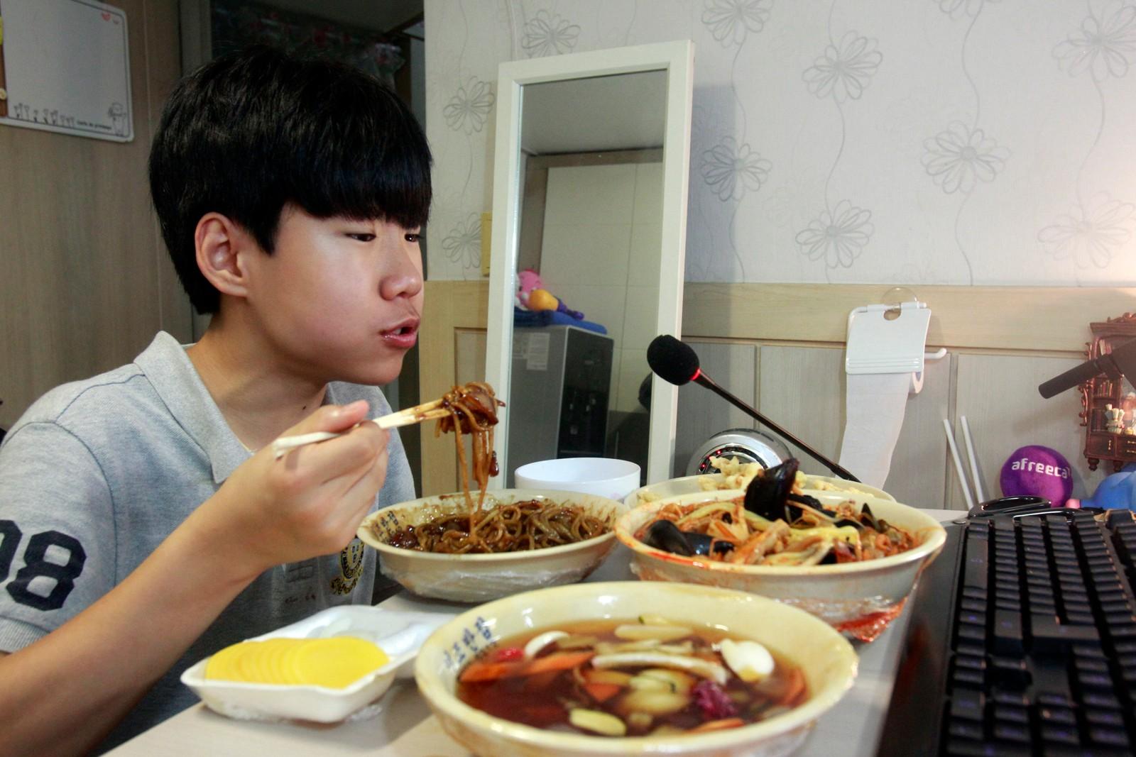 Sørkoreanske Kim Sung-jin (14) streamer seg selv mens han spiser kinesisk take-away på rommet sitt i Seoul. Flere hundre, av og til tusener, følger visstnok hans daglige matinntak mens de chatter sammen med seg selv og hovedpersonen. Under kallenavnet Patoo sender han direkte via appen Afreeca, noe han sågar tjener penger på.