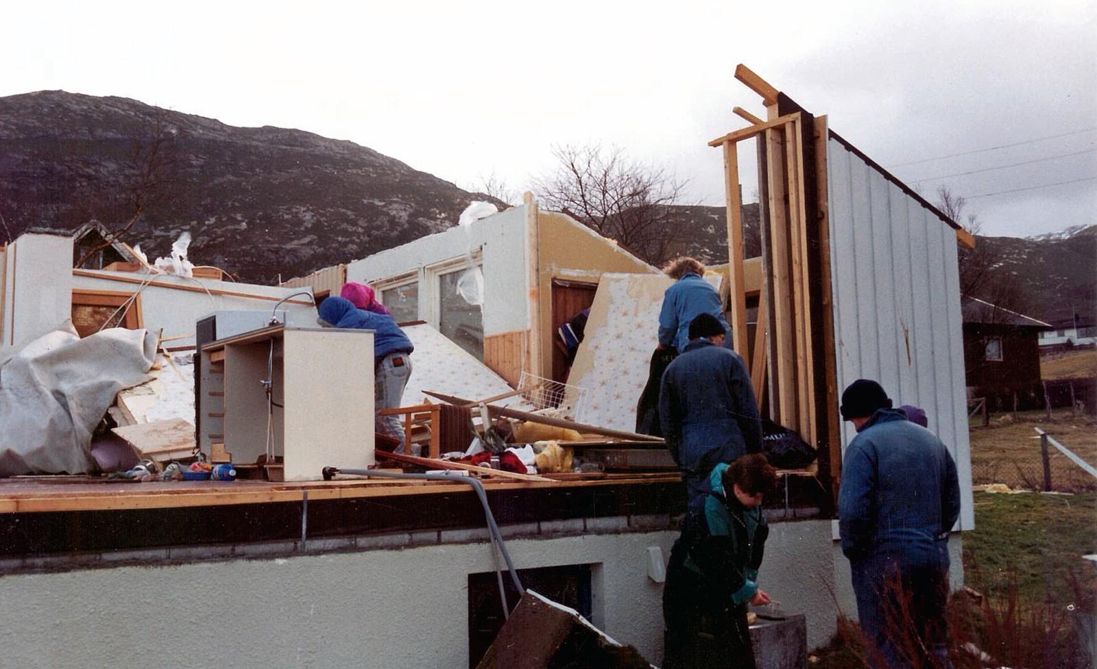 VEGGAR: Orkanen reiste med fleire av husveggane til huset.