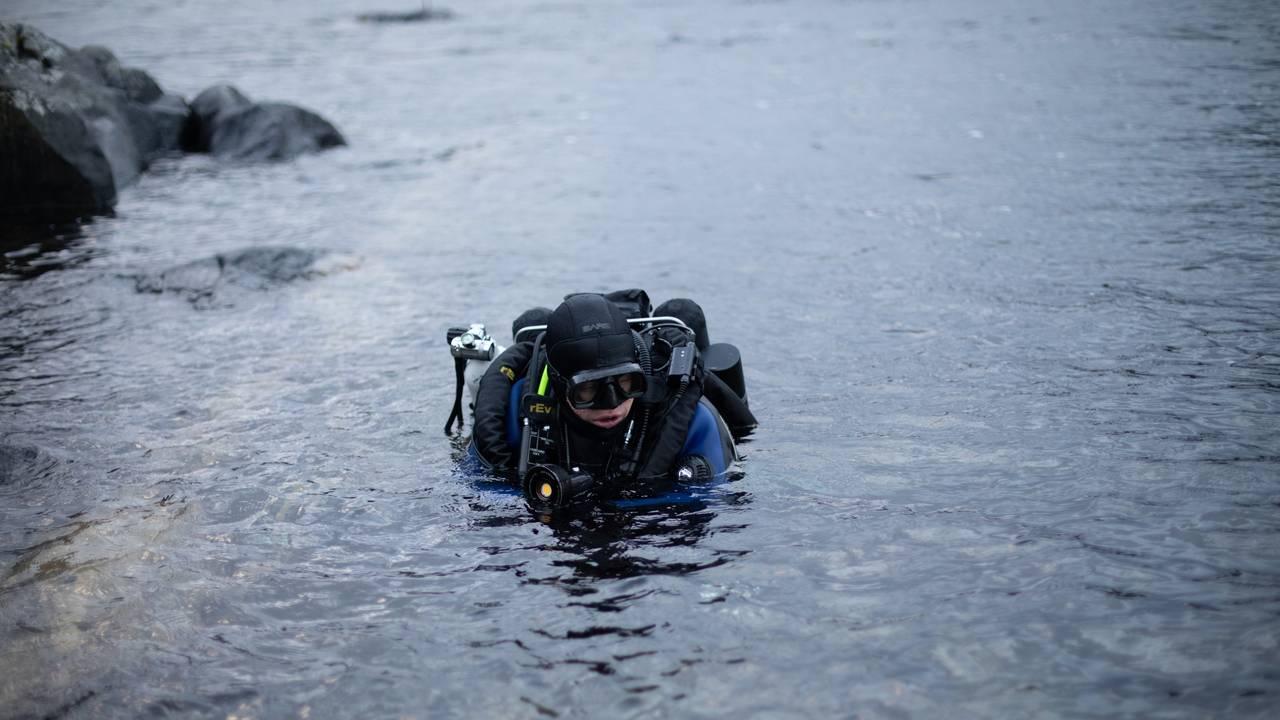 Espen Rekdal har hodet over vann og er på vei til å dykke ved Fosnastraumen