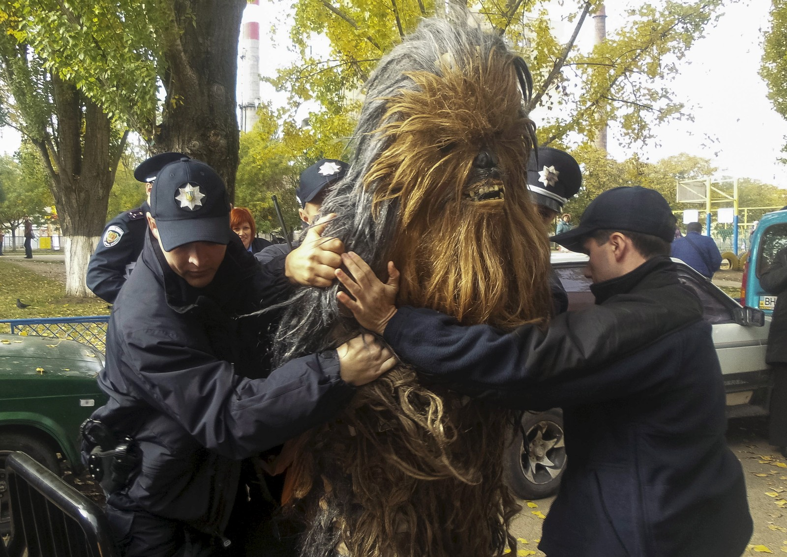 En demonstrant utkledd som Chewbacca fra Star Wars ble denne uka arrestert utenfor et valglokale i Odessa, Ukraina. Ifølge lokale medier skal vedkommende blant annet ikke kunnet framvise gyldig legitimasjon. Søndag er det lokalvalg i landet.