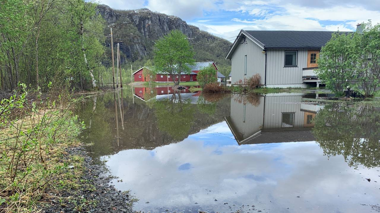 Oversvømt gård i Tverrelvdalen
