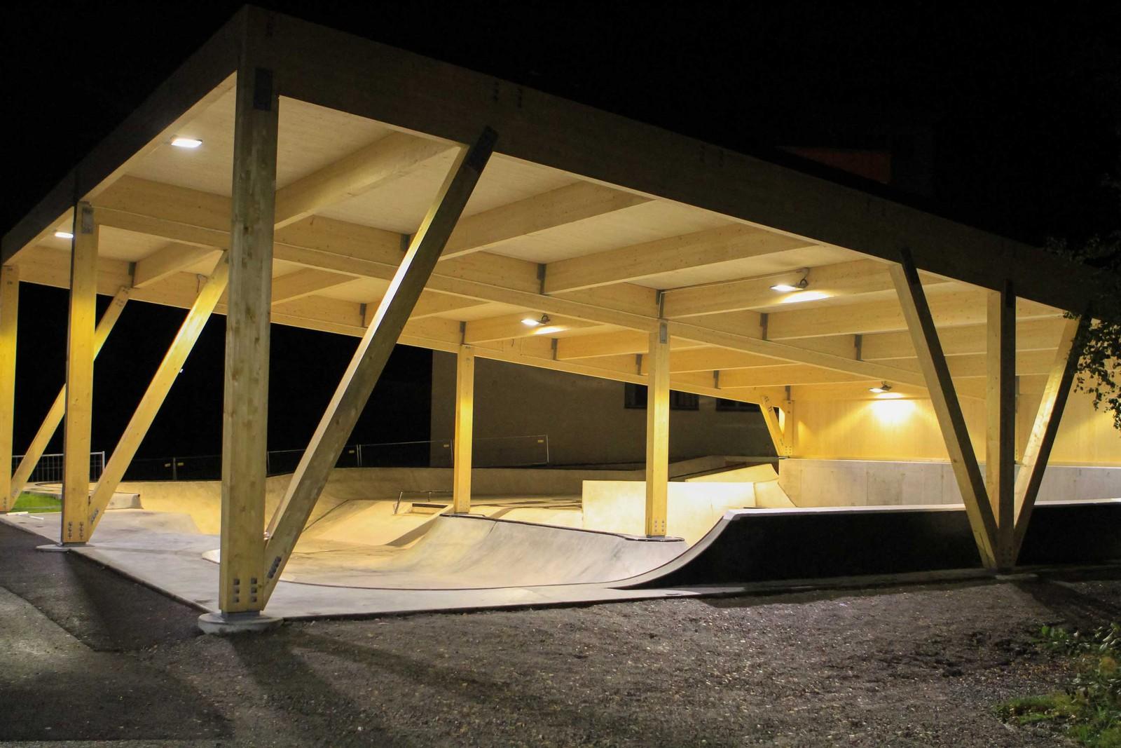Skateparken ved ungdomsskulen er lyssett. Dermed kan ungdomane bruke anlegget også om kveldane. Takoverbygget gjer at det kan brukast året rundt.