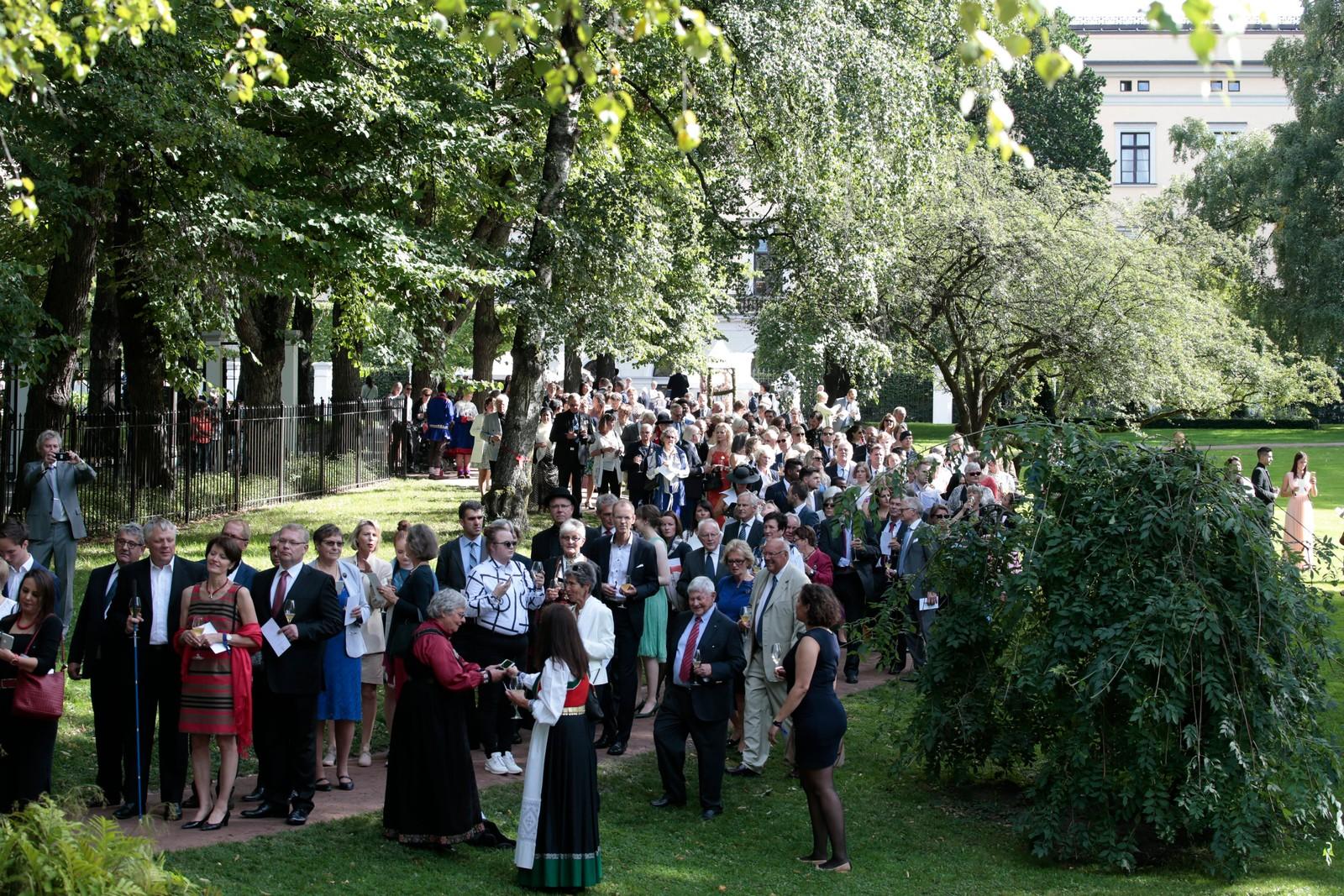 Kong Harald og dronning Sonja inviterer til hageselskap i Dronningparken.