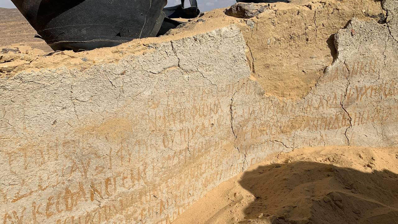 Innskrivninger på veggen i det som trolig er verdens eldste kloster i Bahariya Oasis i ørkenen i Egypt
