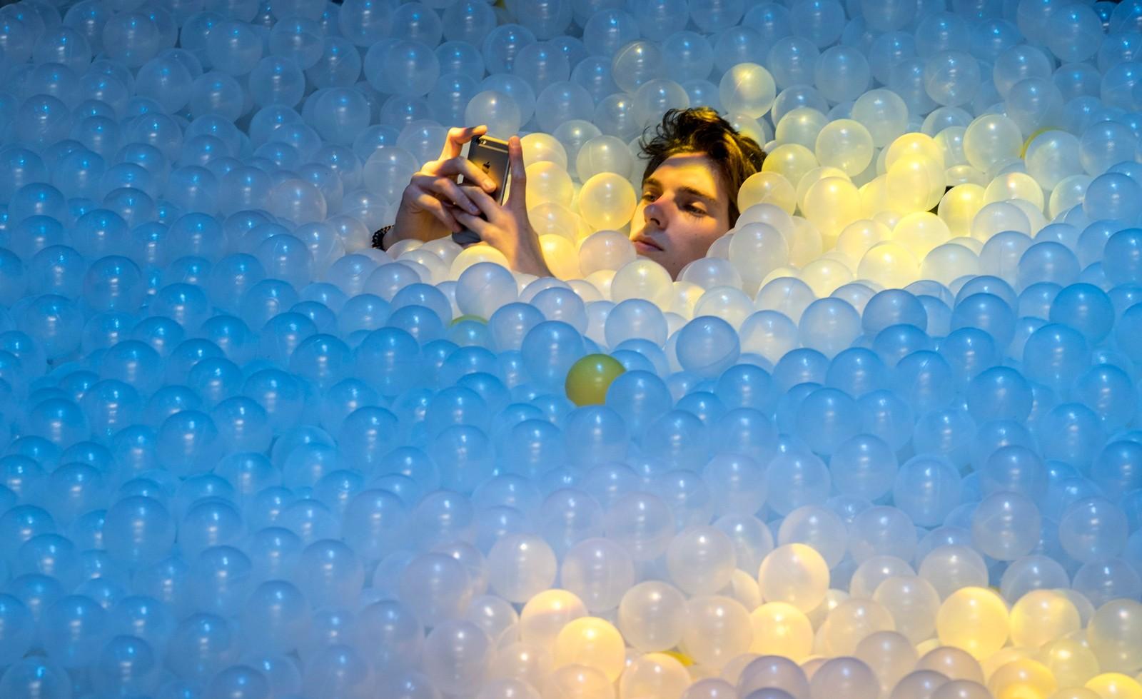 Hva er vel bedre til å huse idémyldring enn et svømmebasseng med plastballer, tenkte arrangørene av C2MTL business conference i Montreal, Canada denne uka. Konferansen har blitt kalt en forretningsversjon av Burning Man-festivalen, og deltagerne ble oppfordra til å ta på seg bind foran øynene før de kasta seg ut i plast-bassenget.