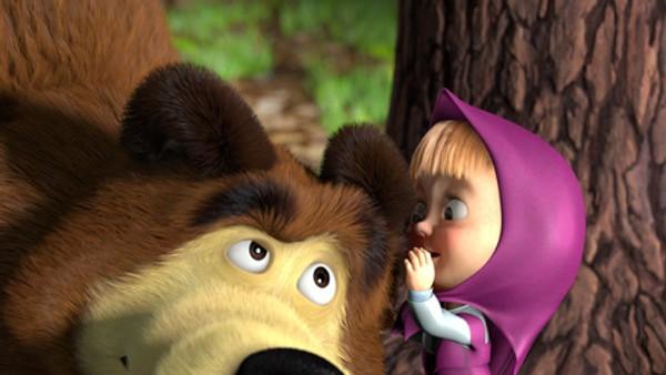 Russisk animasjon.  Jenta Masha klarer ikke å sitte stille. Hun finner stadig på nye sprell, noe som alltid går utover den sindige og glade bjørnen Mishka.