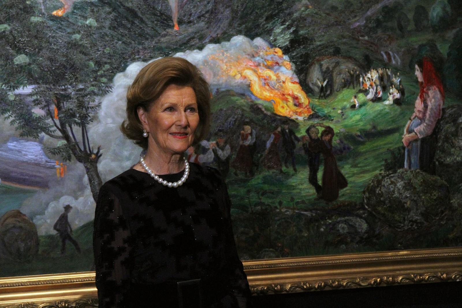 Dronning Sonja tok seg god tid på omvisninga.